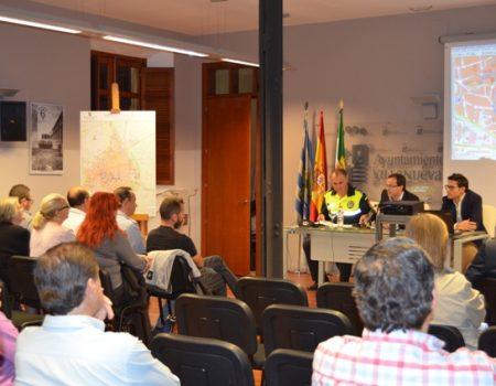 El alcalde se reúne con comerciantes para tratar la apertura al tráfico de la plaza de España