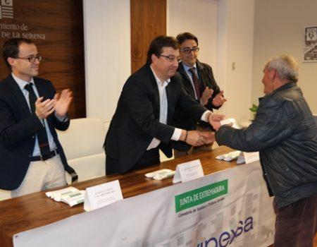"""Fernández Vara entrega las llaves de las 8 primeras viviendas del Área de Regeneración y Remodelación Urbanas """"Los Conquistadores"""""""
