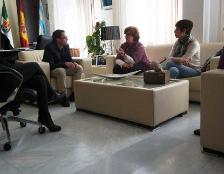 El alcalde recibe a una representación de Afadex, Asociación de Familias Adoptantes de Extremadura