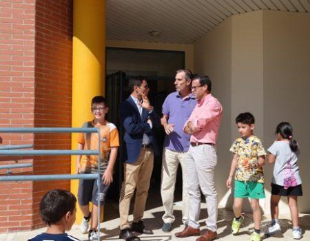 El alcalde visita el colegio Conquistadores para ver las mejoras realizadas durante el verano