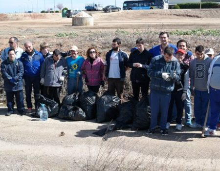 Voluntarios de Inclusives realizan tareas de restauración ambiental en la Vía Verde