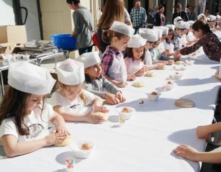 Más de 200 niños participan en el taller de hornazos