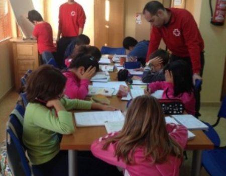 Cruz Roja y Carrefour reparten material escolar entre alumnos de primaria