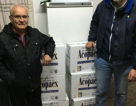 La Asociación Deportiva Milleros Serones, entrega a Cáritas aceite procedente del sorteo de una cesta