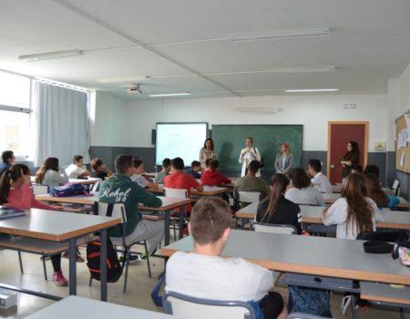 """Se presenta la guía """"Estrategia de trabajo con la Infancia y la Adolescencia"""" en el IES Puerta de la Serena"""
