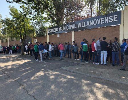 Colas en el Estadio Municipal Villanovense para adquirir las entradas del partido de la Copa del Rey
