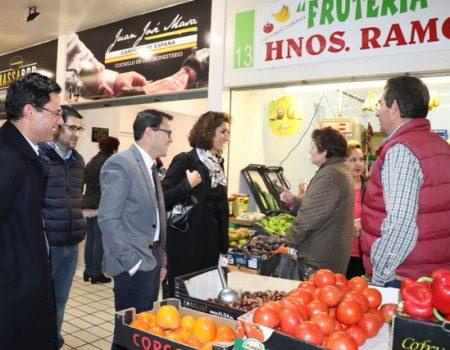 La consejera de Economía e Infraestructuras Olga García y el alcalde visitan el Mercado de Abastos