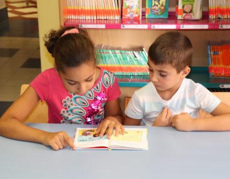 """Los pequeños disfrutan leyendo y dibujando en la tercera actividad de """"Agosto Activo"""""""