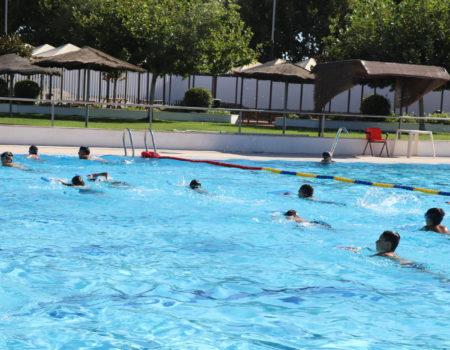 Más de 100 personas cursan en agosto clases de natación