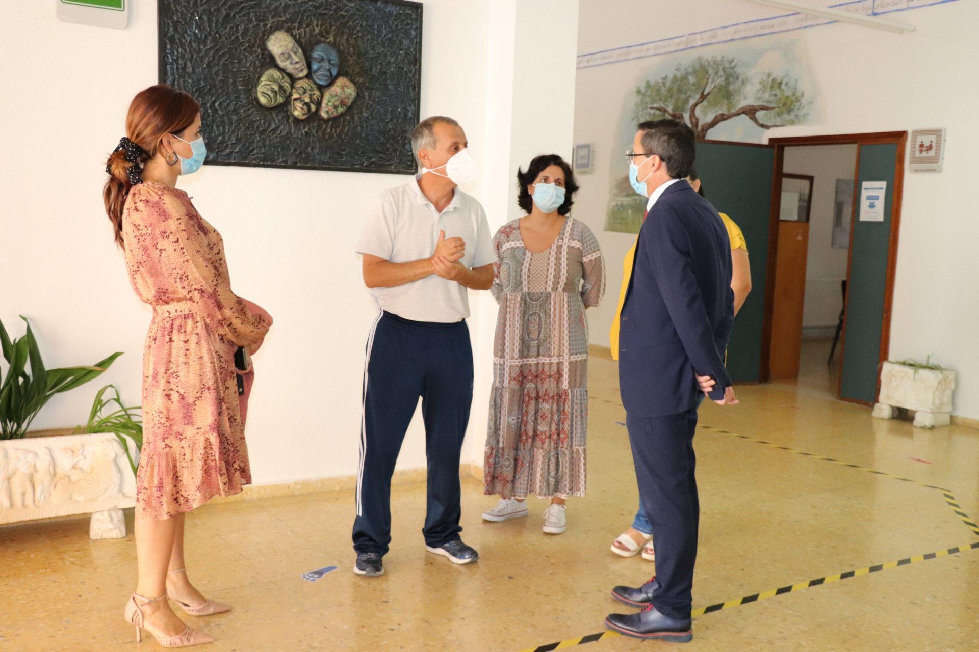 El alcalde visita el CEIP Santiago Apóstol para conocer el inicio de curso