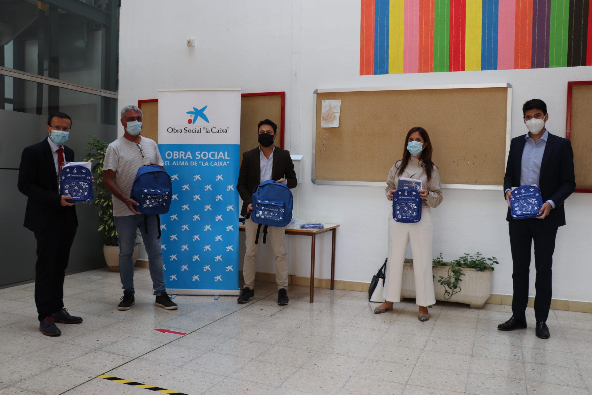 La Caixa entrega 90 mochilas para escolares de Infantil y Primaria del colegio Cruz del Río