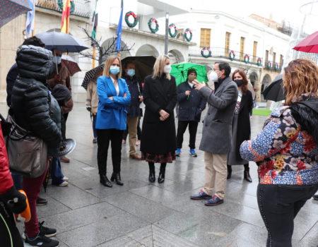 El alcalde Miguel Ángel Gallardo habla con los comerciantes villanovenses