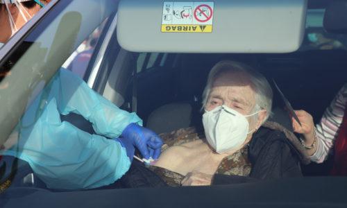 Comienza la vacunación de los mayores de 80 años, con la inyección de un total de 350 viales