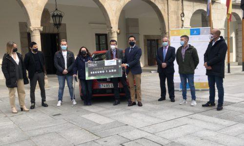 """Manuela Herrera recibe el coche que ha ganado en la campaña """"Esta navidad te regalamos las estrellas"""""""