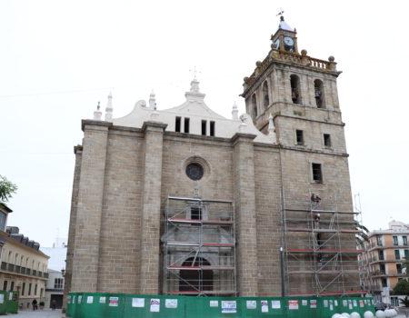 La fachada principal de la parroquia recupera su imagen original, que ya puede verse tras la retirada de los andamios