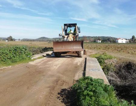 La concejalía de Agricultura cuenta con una nueva retroexcavadora para limpiar las cunetas
